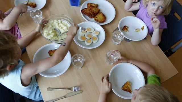 Escola onde criança desmaiou de fome agora oferece almoço aos alunos