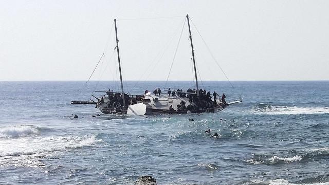 Naufrágio na costa da Líbia mata mais de 100 migrantes