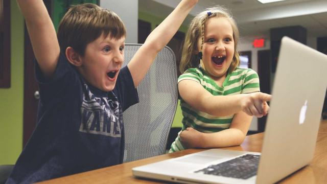 Para especialistas, pais devem acompanhar uso da internet por crianças