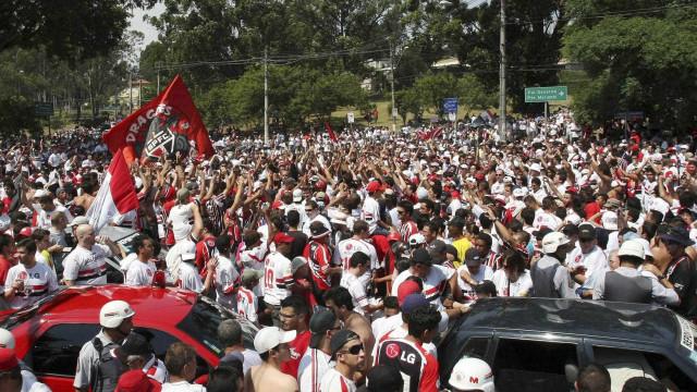 Ônibus do São Paulo é apedrejado na saída de jogo em MG