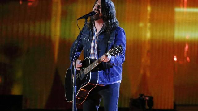 Dave Grohl perde a voz e brinca: 'Última vez que dou amassos em Bono'