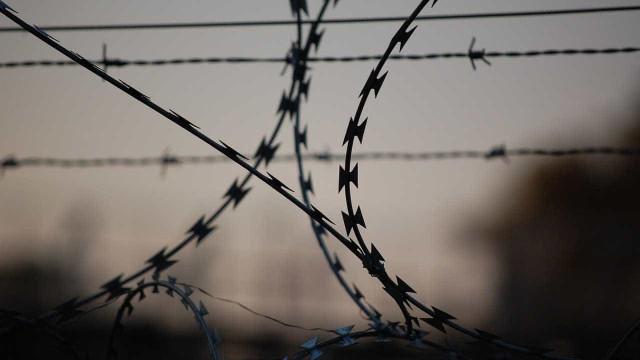 Mulher é presa por entrar com explosivos em presídio; 19 fugiram