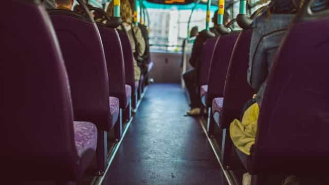 Homem assedia jovem dentro de ônibus e vítima tenta se defender; vídeo