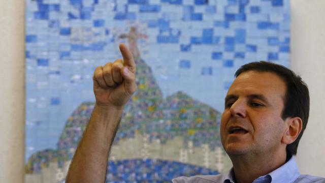 Paes lidera, Garotinho cresce e disputa com Romário 2º lugar, diz Ibope