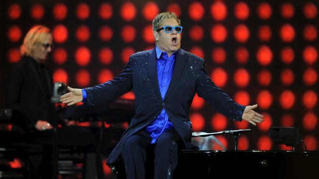 Elton John canta 'Your Song' para Harry e Meghan