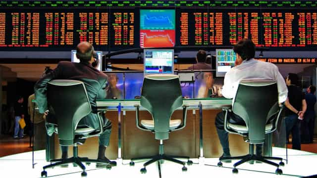 Bancos sobem, e Ibovespa recupera 70 mil pontos