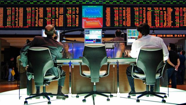 Bolsa tem leve alta e sustenta 93 mil pontos; dólar também avança