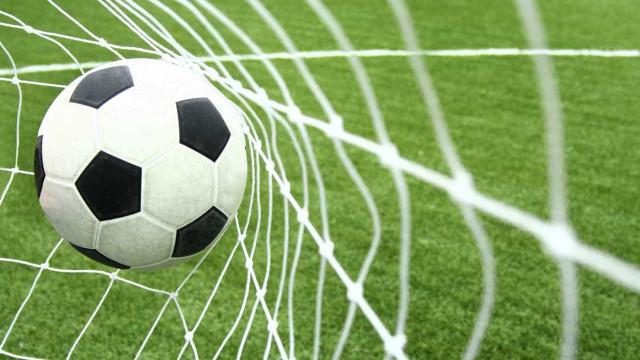 Robôs imitam humanos e aprendem a jogar futebol