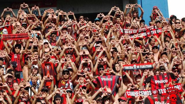 Atlético-PR goleia a Chapecoense em Curitiba