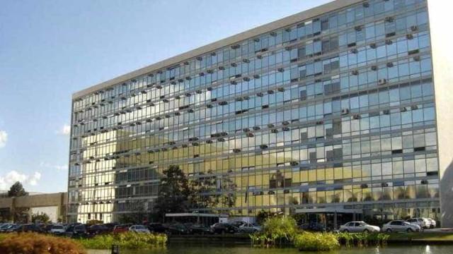 Servidores evacuam prédio do Ministério da Saúde