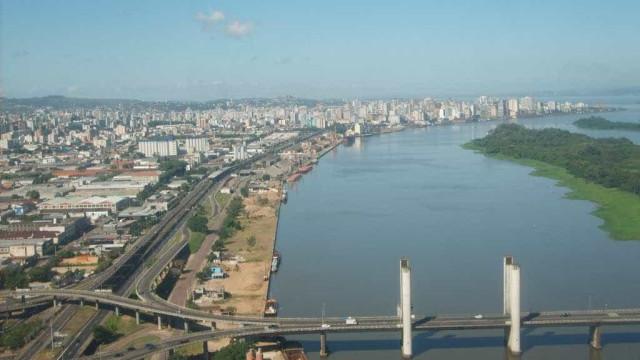 Guarda municipal imobiliza vendedora de sorvetes em Porto Alegre; vídeo