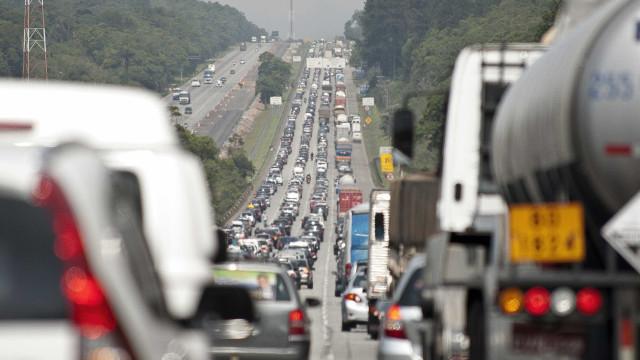 Saída para o feriado tem congestionamento e lentidão nas rodovias de SP