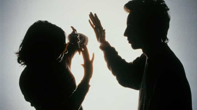 Mulher denuncia ex por agressão com golpes de martelo; imagens fortes