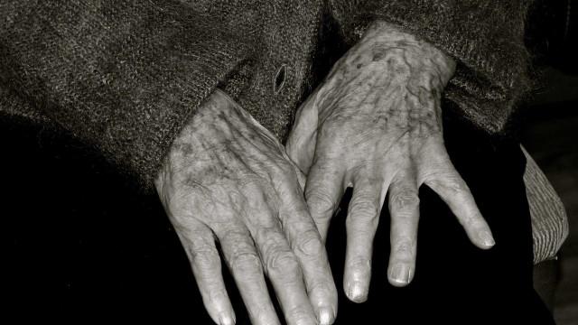 Idosa de 98 anos fica presa sob corpo da filha por pelo menos 4 dias