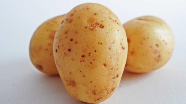 Como assar batatas perfeitas no forno