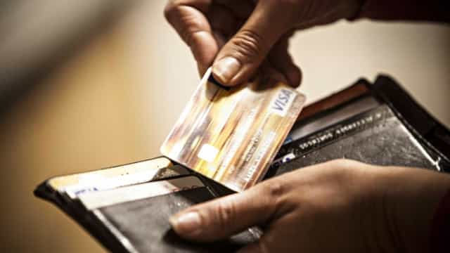 Mudança no rotativo do cartão completa um ano e juros diminuem