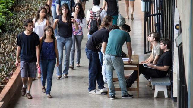 Jovens preferem universidades públicas piores a privadas de qualidade