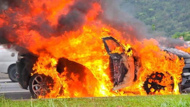 Dois homens morrem carbonizados após suspeito atear fogo em carro em PE