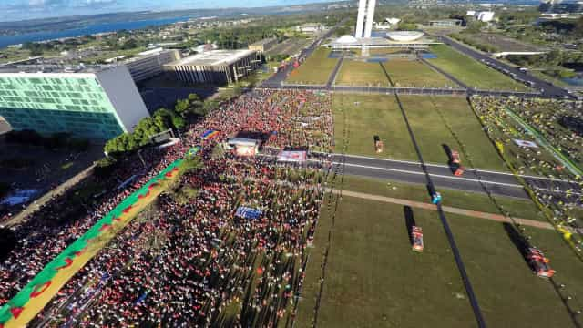 Manifestantes pró-Dilma começam a deixar Esplanada