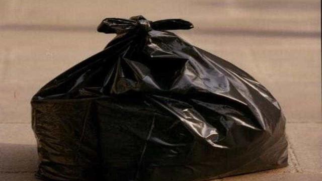Mães acusam professora de colocar crianças em saco de lixo como castigo