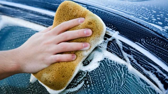 Lave o carro com apenas um copo de água; saiba como