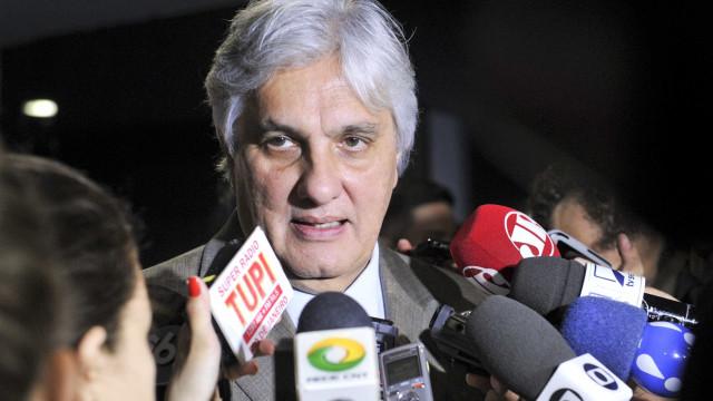 Delcídio comemora absolvição e diz que estuda voltar à política