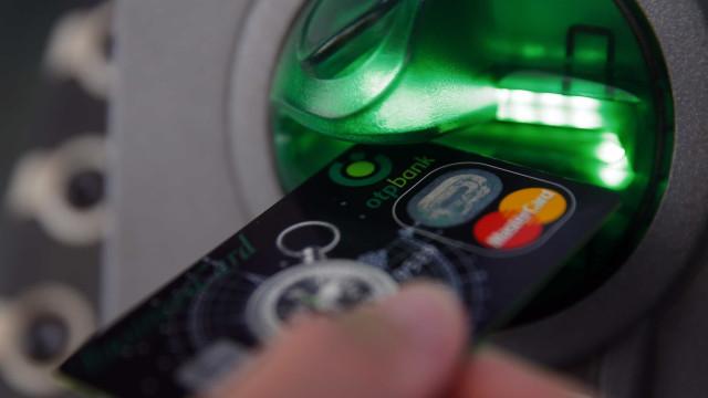 Conheça o golpe que faz o caixa eletrônico 'cuspir' dinheiro