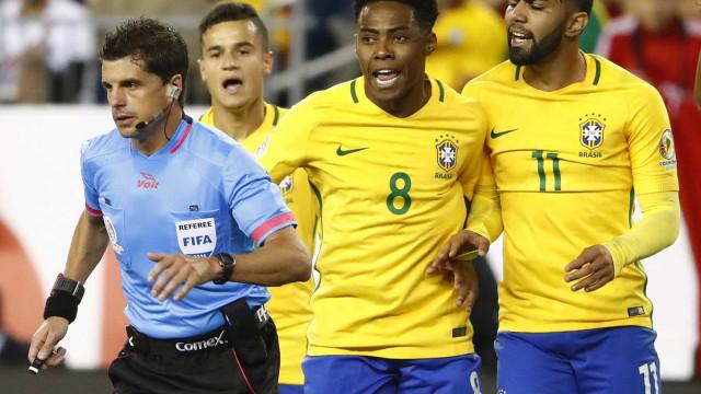Brasil leva gol de mão do Peru e é eliminado da  Copa América