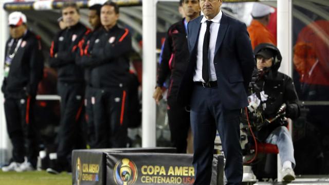 Ameaçado, Dunga fala em continuidade na seleção brasileira
