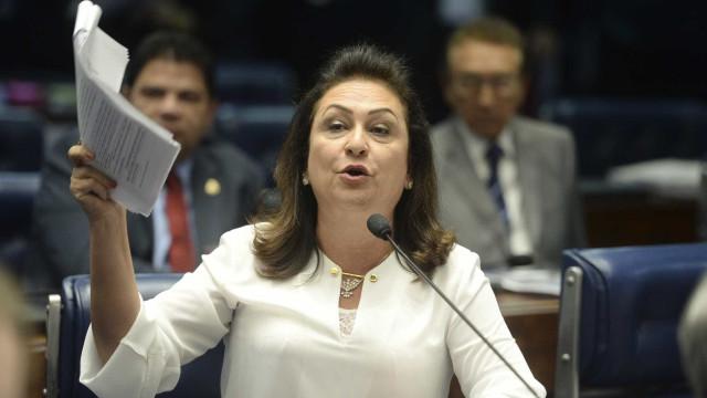 Expulsa do PMDB, Kátia Abreu ironiza tratamento ao 'preso' Geddel