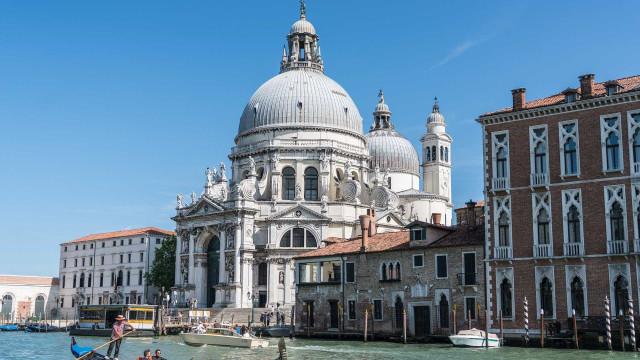 Pilastra cai sobre ponte de acesso a Veneza, na Itália
