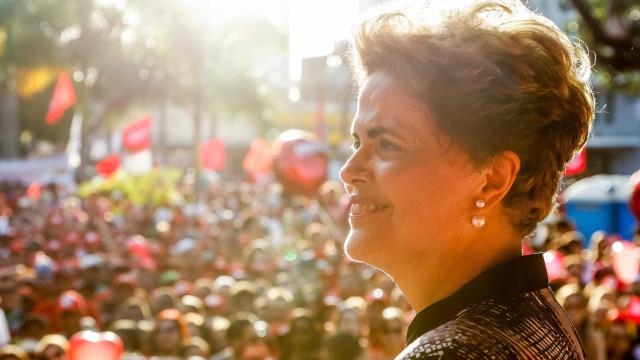 Dilma sofre impeachment, mas ainda  pode exercer função pública