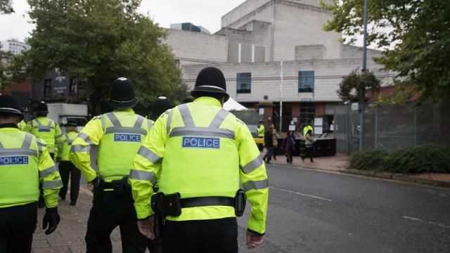 Polícia de Manchester fecha rua e analisa pacote suspeito