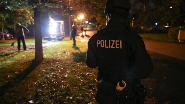 Mãe é presa após polícia encontrar os corpos de 2 bebês em congelador