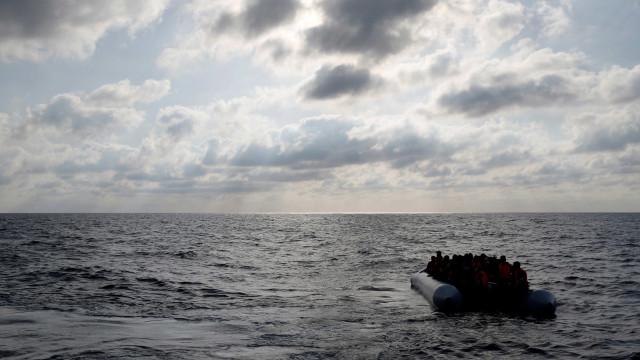 Barco com imigrantes naufraga na Sardenha; um corpo já foi resgatado