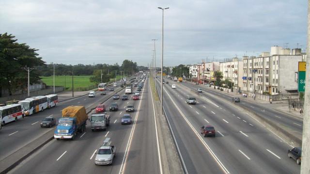 Motoristas abandonam carros após suspeita de arrastão na Avenida Brasil