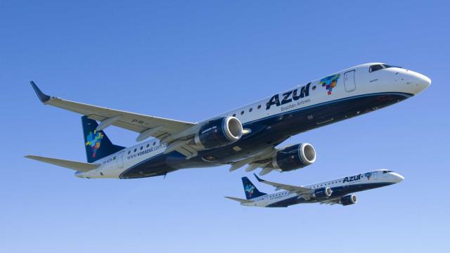 Azul terá que pagar indenização a mulher retirada de voo