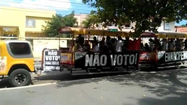 Grupo percorre ruas incentivando  eleitores a não votar; veja