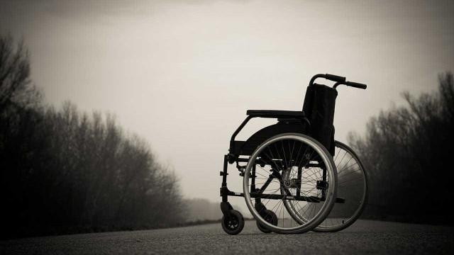 Cadeirante e sobrinho de 15 anos são mortos a tiros na porta de casa