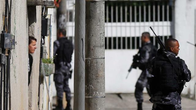 Tropas da PM fazem ação contra tráfico de drogas na Cidade de Deus