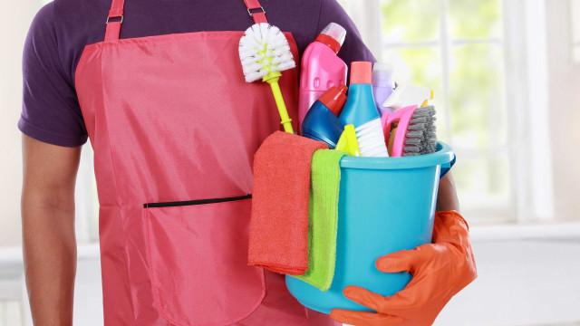 5 cuidados para realizar as tarefas de casa sem prejudicar a coluna