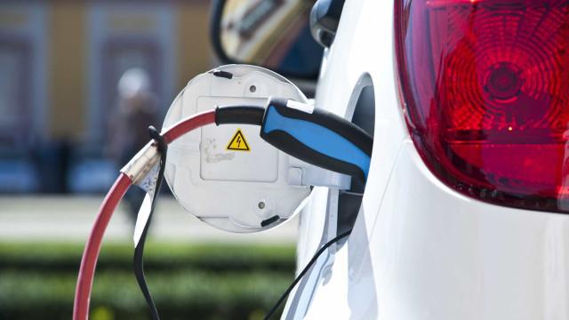 Carros elétricos poluem mais na produção, mas compensam depois