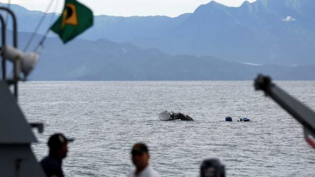 Barca chega ao local de acidente em Paraty para retirar avião do mar