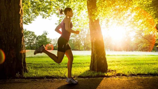 Há uma diferença entre praticar exercícios e manter-se ativo; entenda