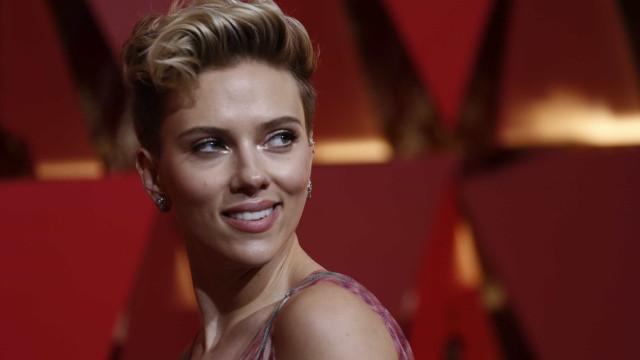 Scarlett Johansson levanta suspeitas de nova tatuagem