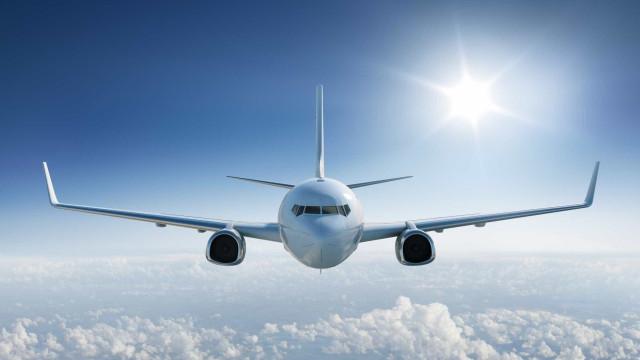 Passageiro agressivo dentro de avião obriga piloto a desviar rota