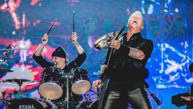 Vocalista do Metallica cai em buraco durante show em Amsterdã; Assista