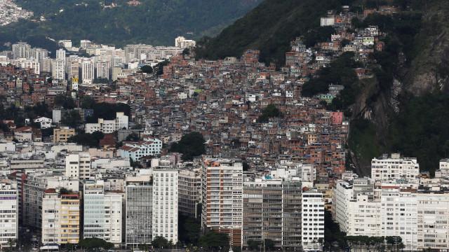 Militares e polícias destroem barricadas e apreendem armas no Rio