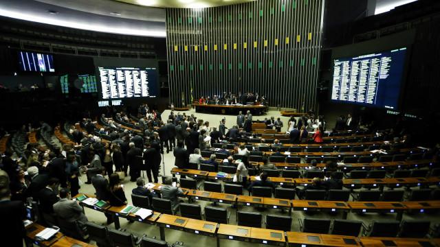 Deputados querem que Temer suspenda intervenção para votar fim do foro
