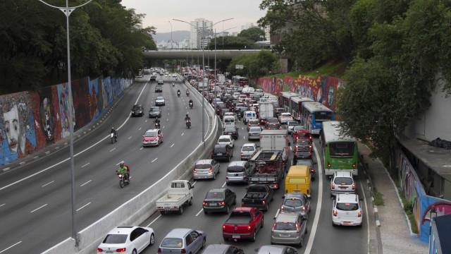 São Paulo bate recorde de trânsito no ano na saída para o feriado
